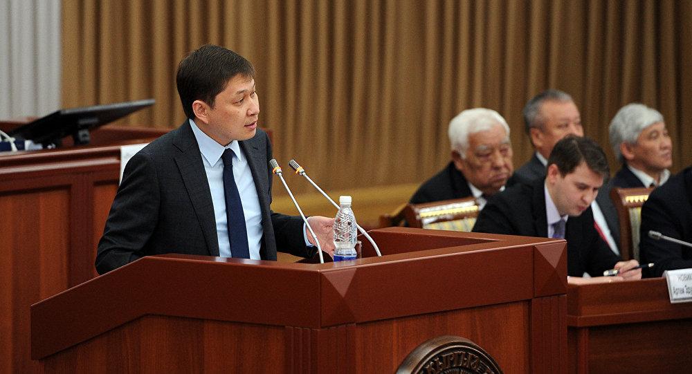 Премьер-министр КР Сапар Исаков во время отчета правительства перед парламентской оппозицией