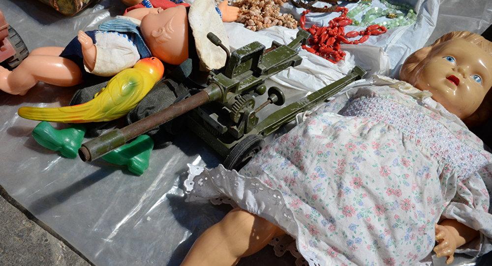 Кукла на блошином рынке. Архивное фото
