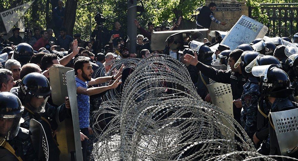 Сотрудники правоохранительных органов и сторонники оппозиции на улице Еревана, где проходит акция протеста.