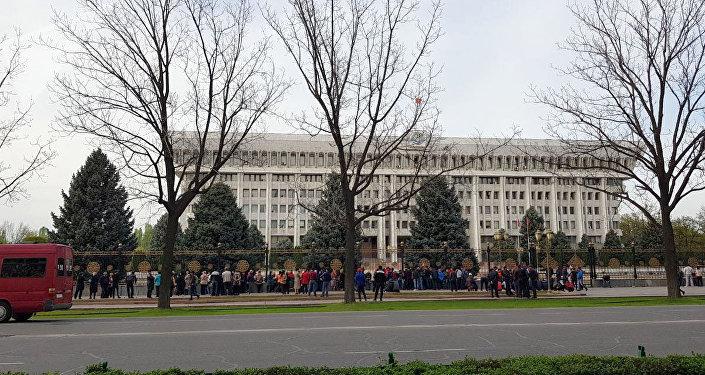 Митинг у здания Жогорку Кенеша в Бишкеке