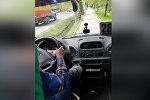 В Бишкеке водитель маршрутки № 281 ехал по тротуару — видео пассажира