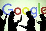 Силуэты пользователей видны рядом с экранной проекцией логотипа Google. Архивное фото