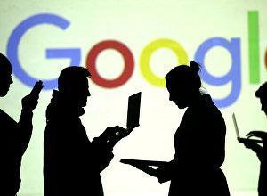 Силуэты людей на фоне логотипа Google. Архивное фото