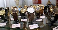 Стенд с наручными часами. Архивное фото