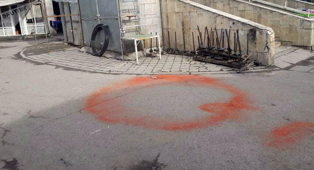 Странные круги из молотого перца на территории мини-рынка Кыял на Ошском базаре