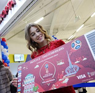 Мария Панина с макетом билета на футбольный матч, который состоится 15 июня 2018 года на Екатеринбург-Арене. Архивное фото