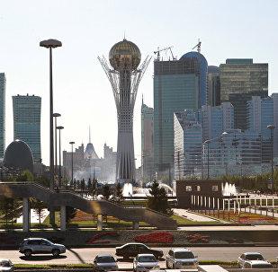 Виды Астаны. Монумент Астана-Байтерек (в центре). Архивное фото