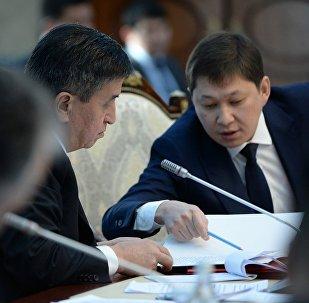 Архивное фото президента Сооронбая Жээнбекова и бывшего премьер-министра Сапара Исакова