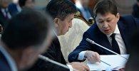 Президент Сооронбай Жээнбеков и премьер-министр Сапар Исаков на заседании. Архивное фото