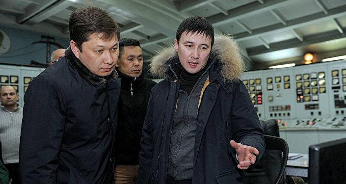 Бывший премьер-министр Сапар Исаков и экс-председатель правления Национального энергохолдинга Айбек Калиев во время сбоя работы на ТЭЦ города Бишкек