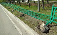 Маршрутное такси въехало в забор в Бишкеке