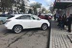 Автомобиль Lexus припаркованный на остановке