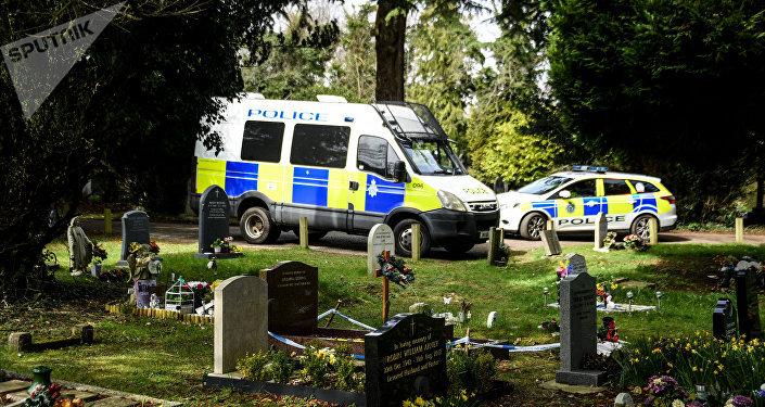 Полицейские машины на кладбище Солсбери, где похоронены жена бывшего полковника ГРУ Сергея Скрипаля Людмила и сын Александр.