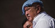 Мужчина укрывается от жары платочком во время фестиваля в ВИК