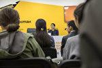 Сын писателя Чингиза Айтматова Эльдар Айтматов на встрече с бишкекскими школьниками в пресс-центре Sputnik Кыргызстан