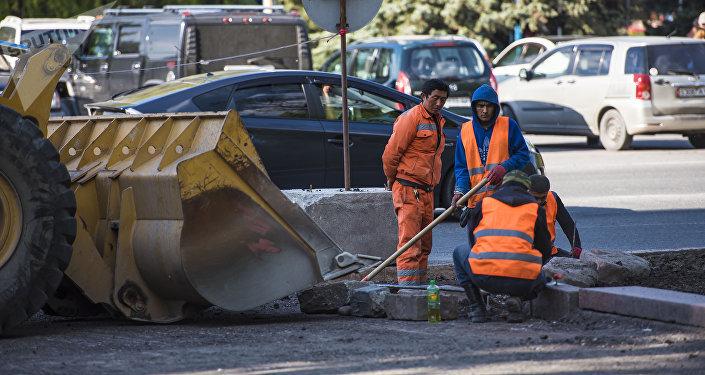 Рабочие во время ремонта дорожного покрытия на одной из улиц Бишкека. Архивное фото
