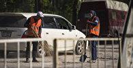 Рабочие во время ремонта дороги в Бишкеке. Архивное фото
