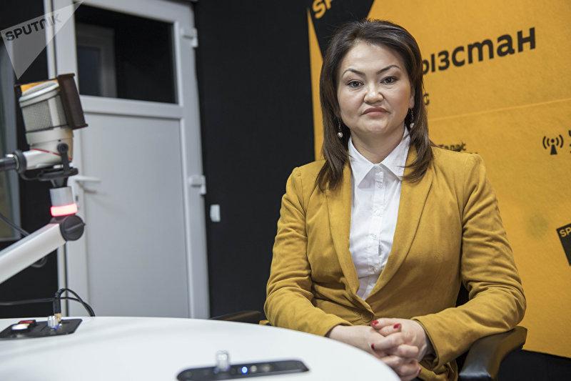 Директор общественного фонда Лига защитников прав ребенка Назгуль Турдубекова во время беседы на радио Sputnik Кыргызстан