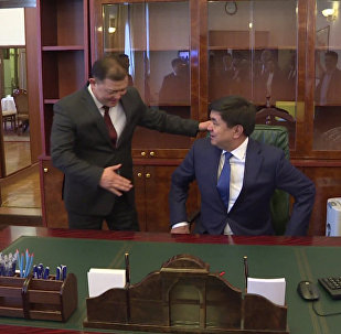 Эмоции премьера Абулгазиева в рабочем кабинете. Видео