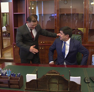 Премьер Абулгазиевдин иш бөлмөсүнө келгендеги эмоциясы. Видео