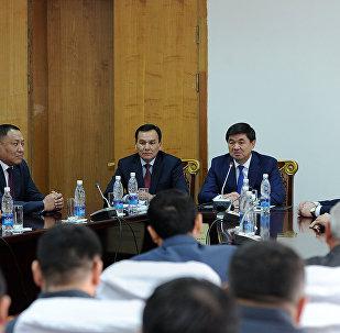 Премьер-министр Мухаммедкалый Абулгазиев ИИМдин борбордук аппаратынын жамаатына жаңы министр Кашкар Жунушалиевди тааныштырды