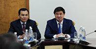 Премьер-министр Мухаммедкалый Абылгазиев ички иштер министри Кашкар Жунушалиев менен. Архивдик сүрөт