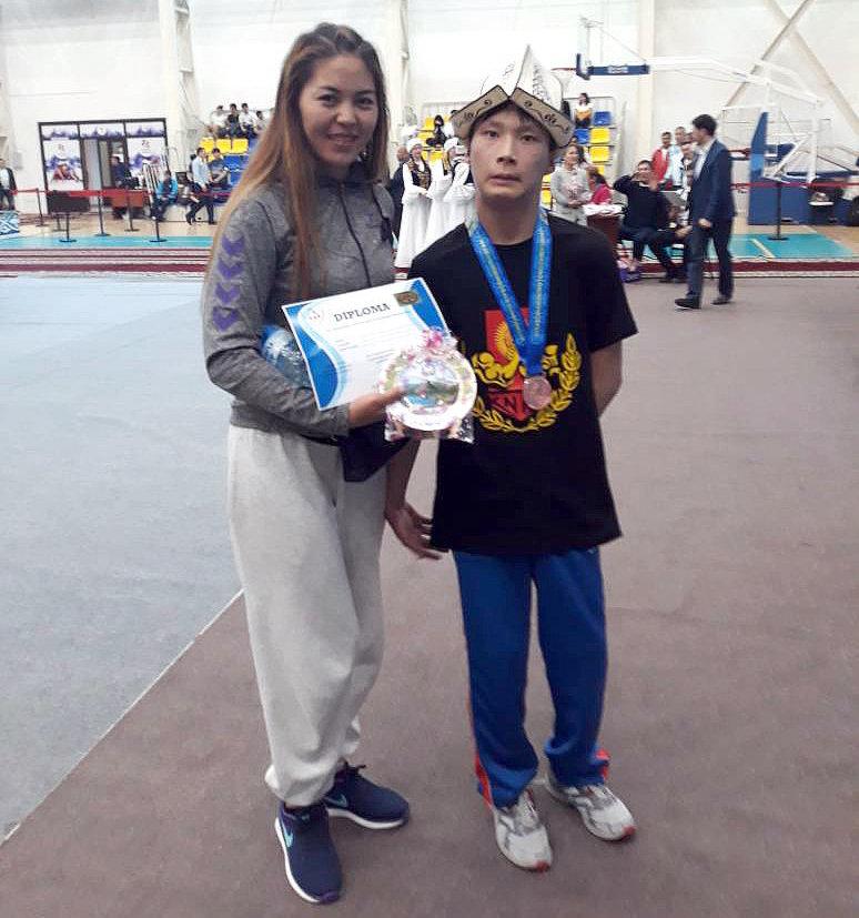 17-летний бишкекчанин Канат Абдыжапаров, страдающий детским церебральным параличом, занял третье место на Чемпионате Азии по армреслингу