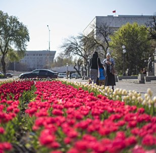Горожане на площади Ала-Тоо в Бишкеке. Архивное фото