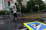 Поваленный ураганом дорожный знак на одной из улиц в Москве.