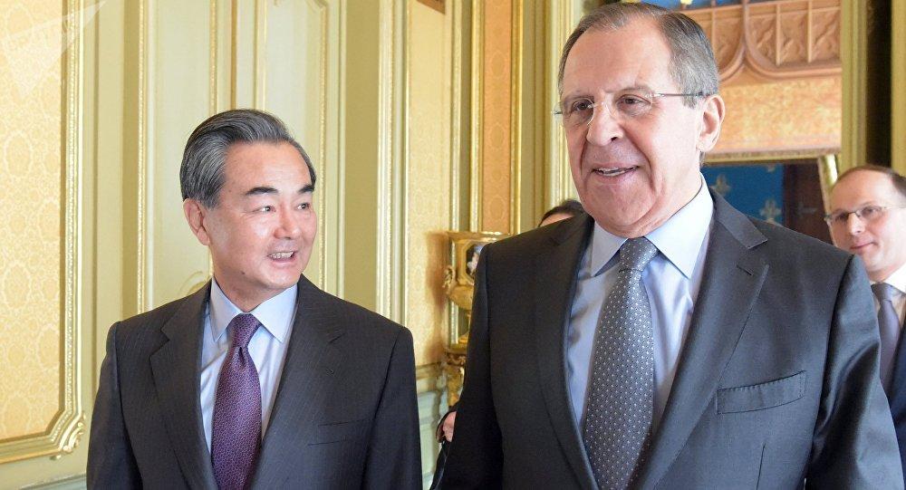 Министры иностранных дел России и Китая Сергей Лавров и Ван И. Архивное фото