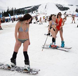 Участницы массового горнолыжного спуска в купальных костюмах Grelka fest на кузбасском горнолыжном курорте в посёлке Шерегеш Кемеровской области.