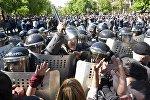 Сотрудники правоохранительных органов на улице Еревана, где проходит акция протеста сторонников оппозиции.