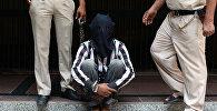 Сотрудники индийской полиции сопровождают задержанного, который обвиняется в убийстве и сексуальном нападении на шестилетнюю девочку в Нью-Дели. Архивное фото