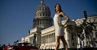 Звезда Театра оперы и балета Гаваны Даниэла Гомес Перес выступает возле Капитолия в столице Кубы.