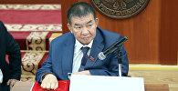 Сынга кабылган Жогорку Кеңештин депутаты Насыр Мусаев. Архивдик сүрөт