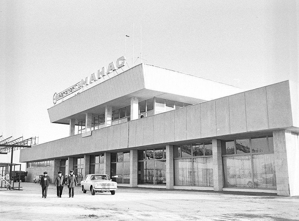1980-жылы жазуучу Чыңгыз Айтматовдун демилгеси менен Манас аты берилген