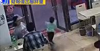 Китаянка жестко отомстила ребенку за пролитый суп, соцсети в гневе. Видео