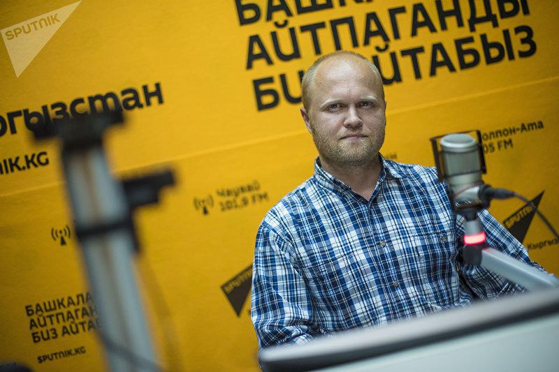 IT-специалист МИА Sputnik Кыргызстан Михаил Дудин на радиостудии