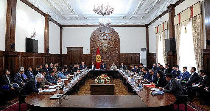Рабочее совещание премьер-министра КР Мухаммедкалыя Абылгазиева с участием членов правительства