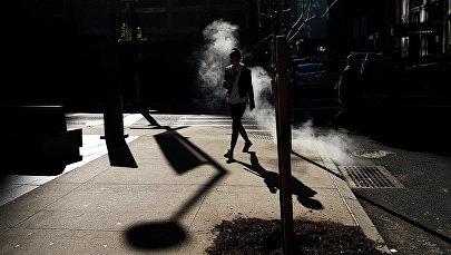 Девушка идёт по одной из улиц. Архивное фото