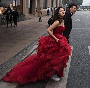 пара на улице в Шанхае. Архивное фото