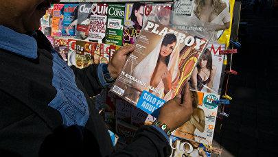 Мужчина смотрит на журнал Playboy в Мехико. Архивное фото