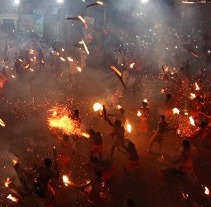 Индусы кидаются горящими факелами — видео сурового развлечения