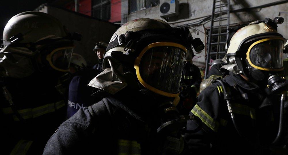 Пожарные в противогазе. Архивное фото