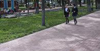 Бишкектин Эркиндик проспектинде айланган окуучулар. Архивдик сүрөт