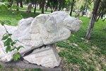 Состояние памятников и скульптур на бульваре Эркиндик в Бишкеке