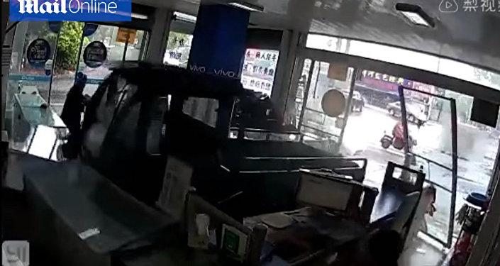 В Китае пес угнал грузовик и устроил погром в магазине — видео