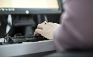 Женщина печатает на клавиатуре во время работы на компьютере