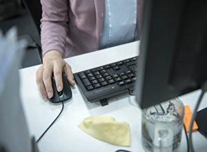 Компьютерде иштеп жаткан аял. Архив