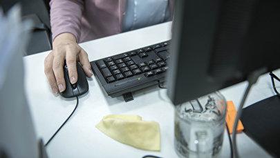 Женщина за работой на компьютере. Архивное фото